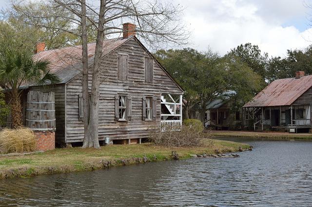 rozpadlý dřevený dům, voda