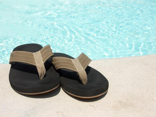 sandále u bazénu.jpg