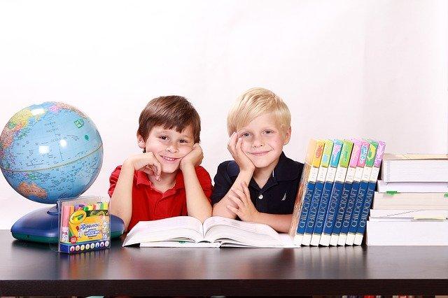 Děti učení globus